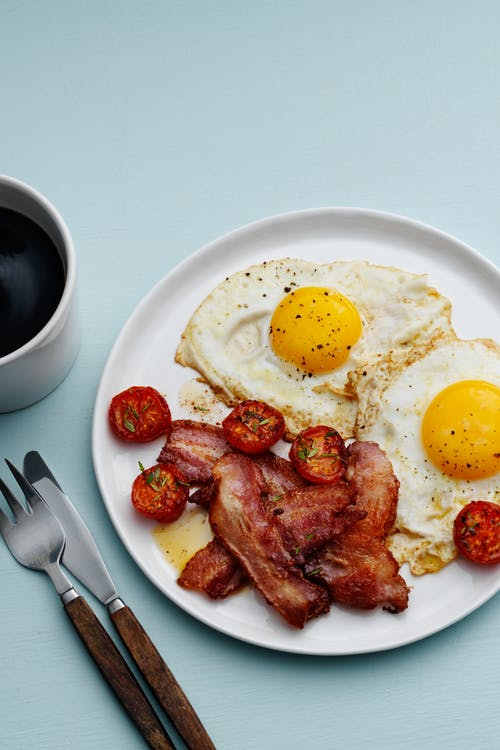 Tocineta con huevos al estilo keto