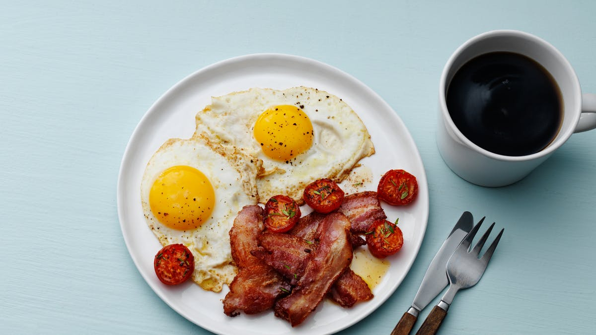 Bacon con huevos