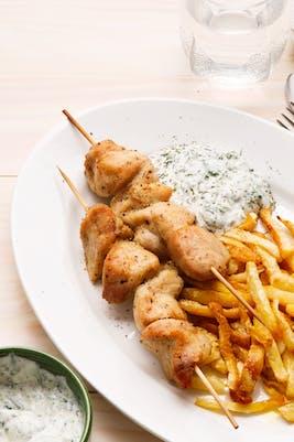 "Brochetas de pollo keto con ""papas"" fritas y salsa"