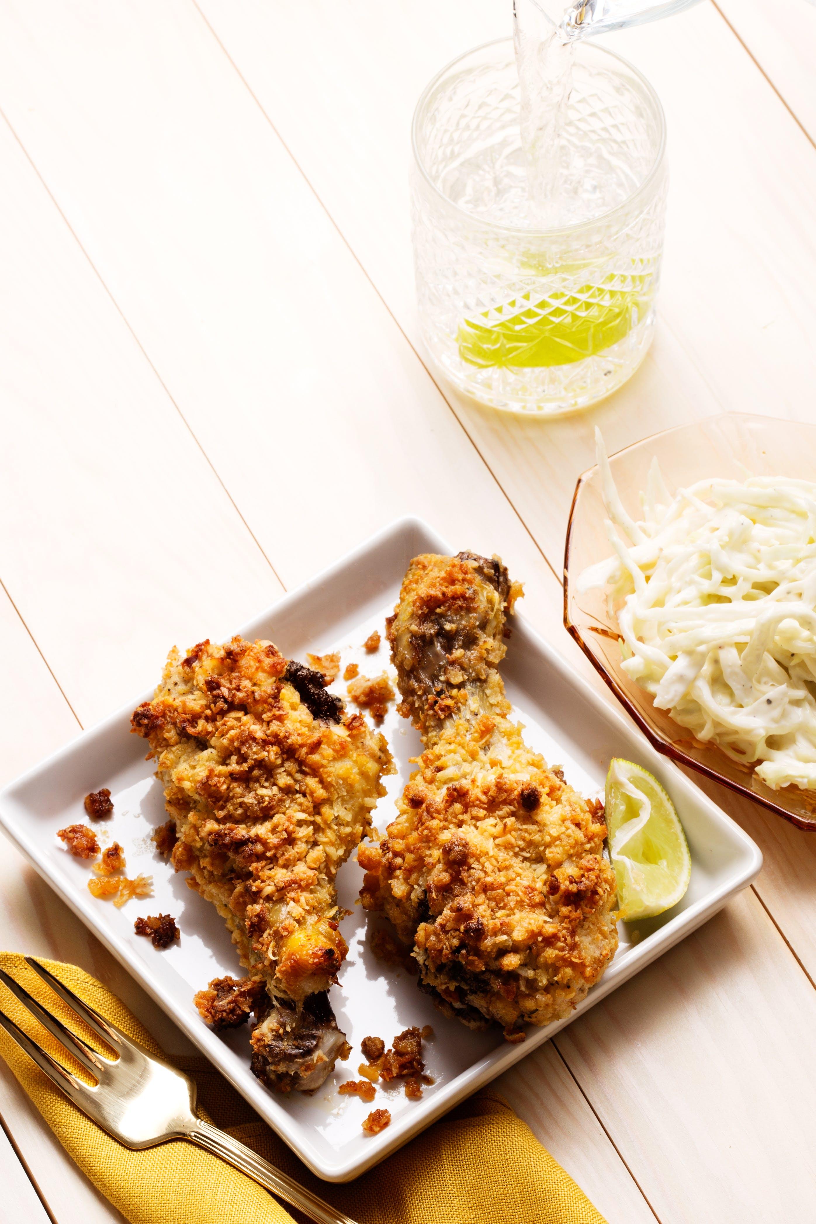Piernas de pollo crocantes con ensalada de col
