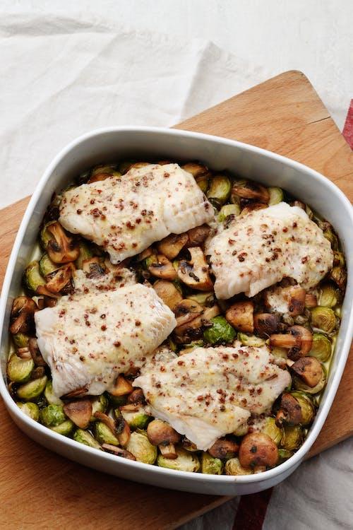 Bacalao low carb con coles de Bruselas y champiñones