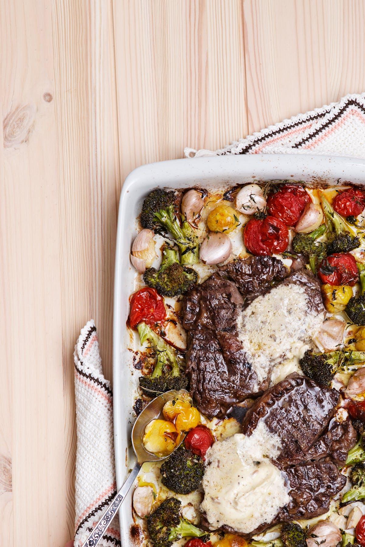 Entrecot keto con verduras asadas al horno