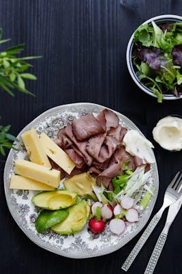 Plato keto: carne asada y queso cheddar (Almuerzo)