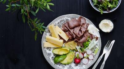 Plato de carne asada y queso cheddar