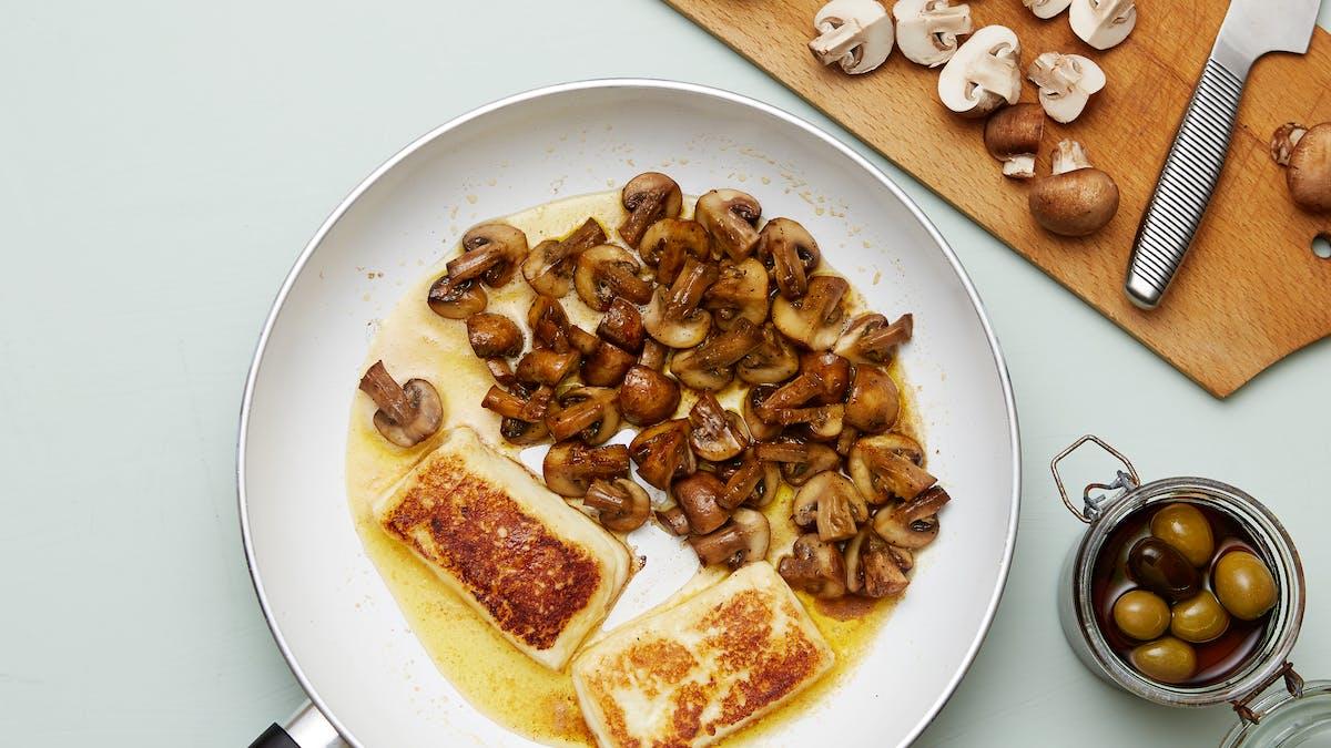 Queso frito keto con champiñones