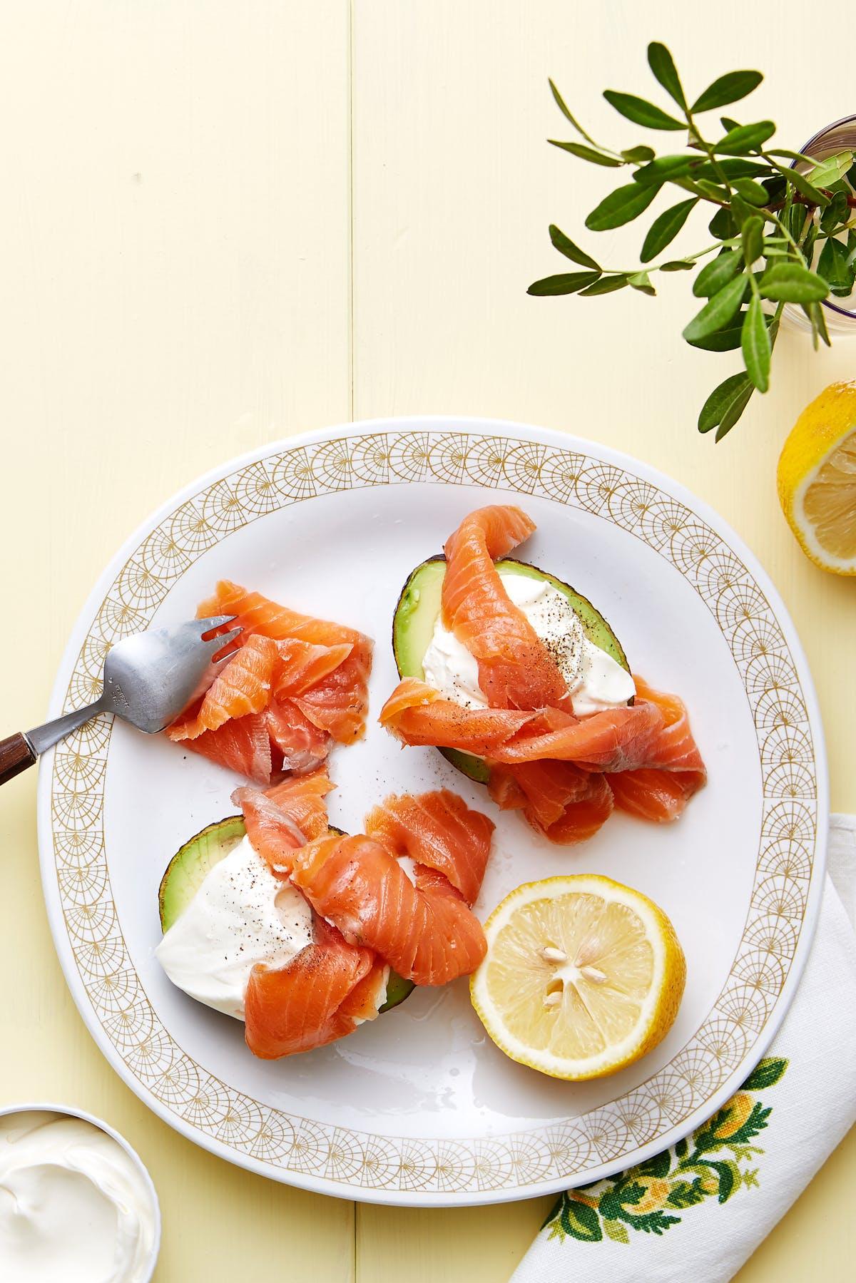 Aguacates rellenos keto con salmón ahumado