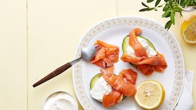 Aguacates con salmón ahumado