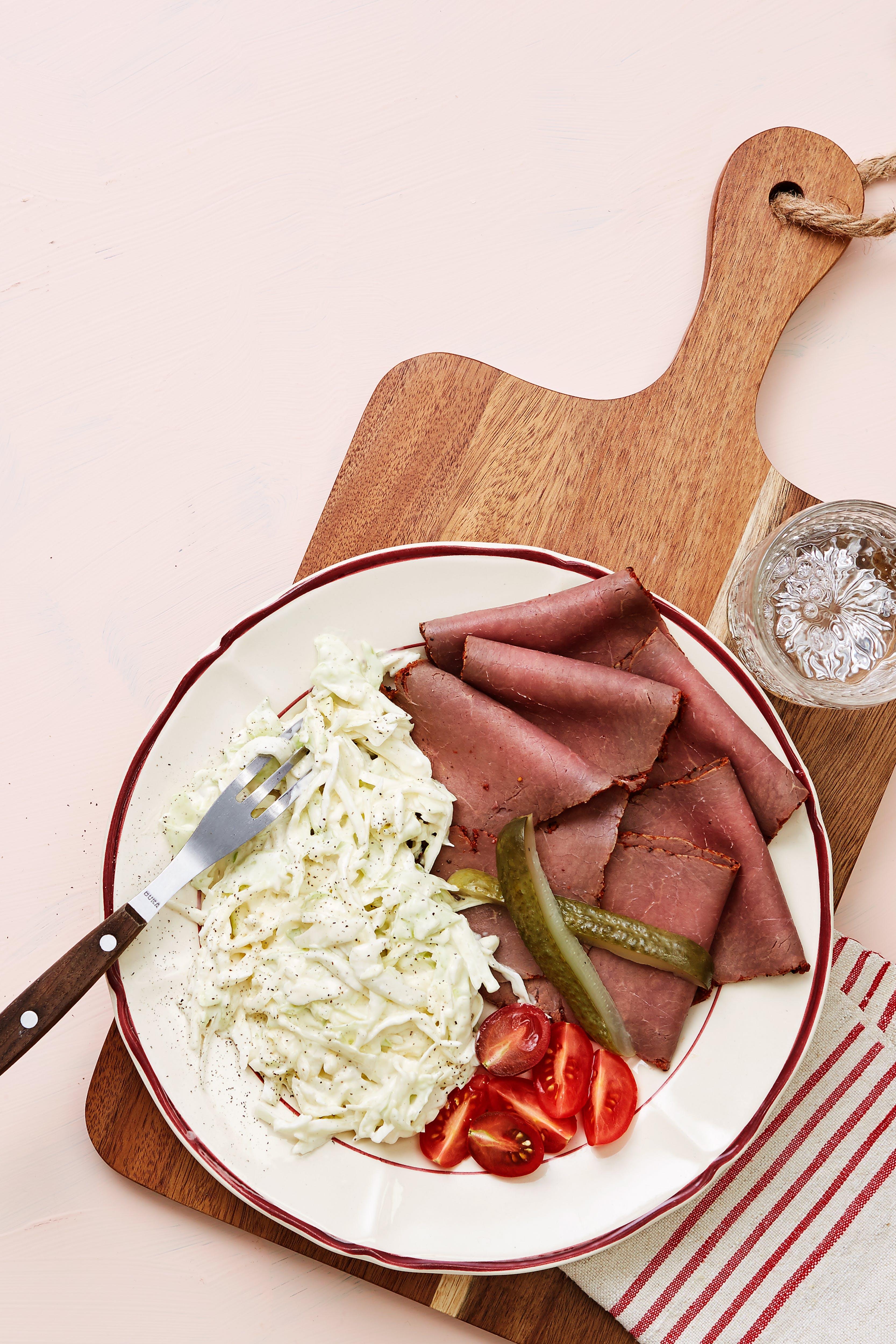Fiambres de carne asada con ensalada de col