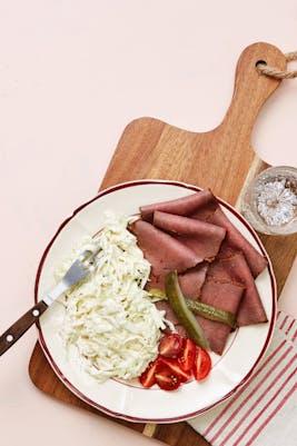 Fiambres de carne con ensalada de col (Almuerzo)