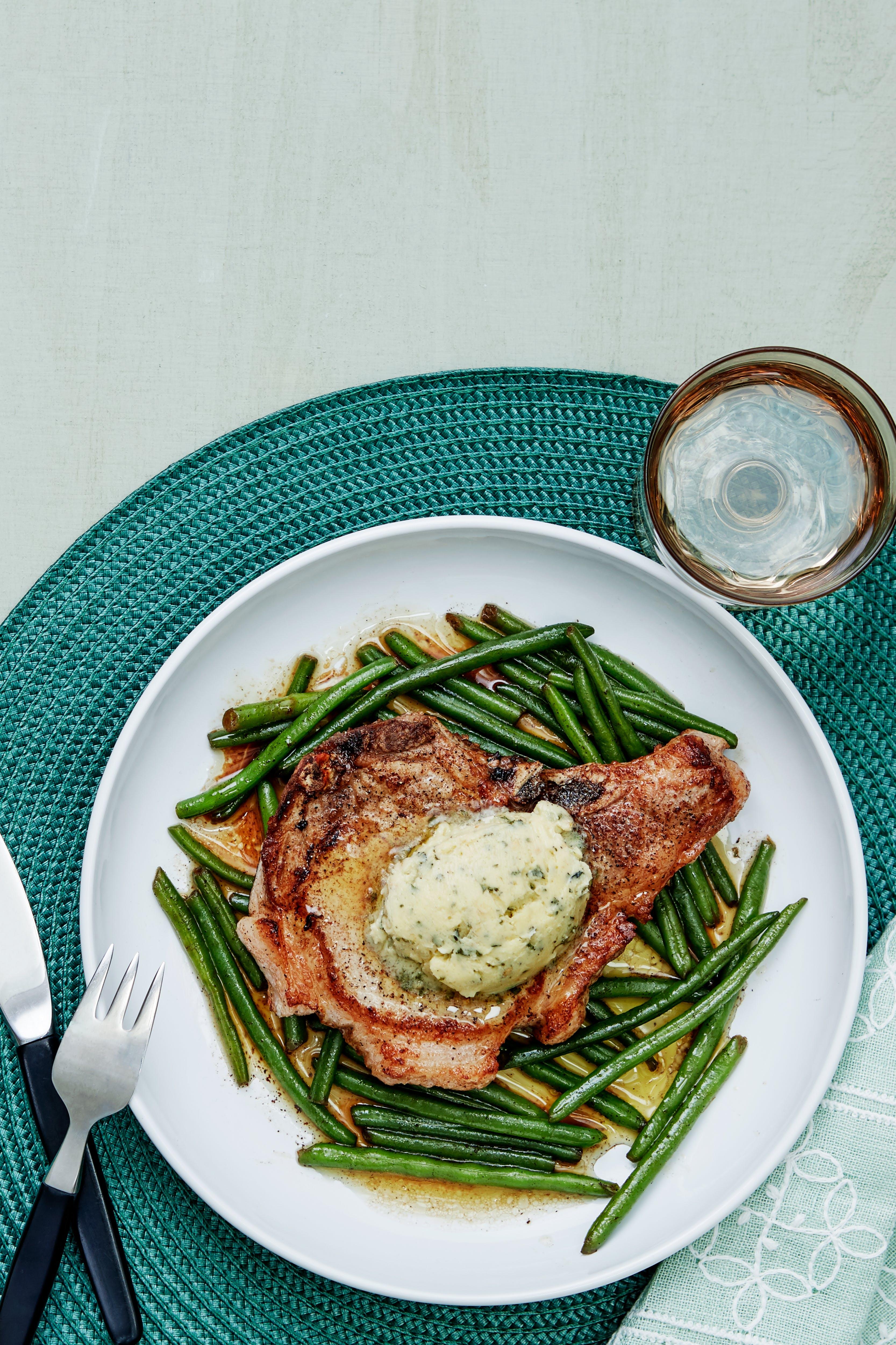 Chuletas de cerdo con ejotes verdes y mantequilla de ajo