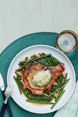 Chuletas de cerdo con ejotes verdes y mantequilla de ajo (Cena)
