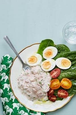 Ensalada keto de atún con huevos duros<br />(Almuerzo)