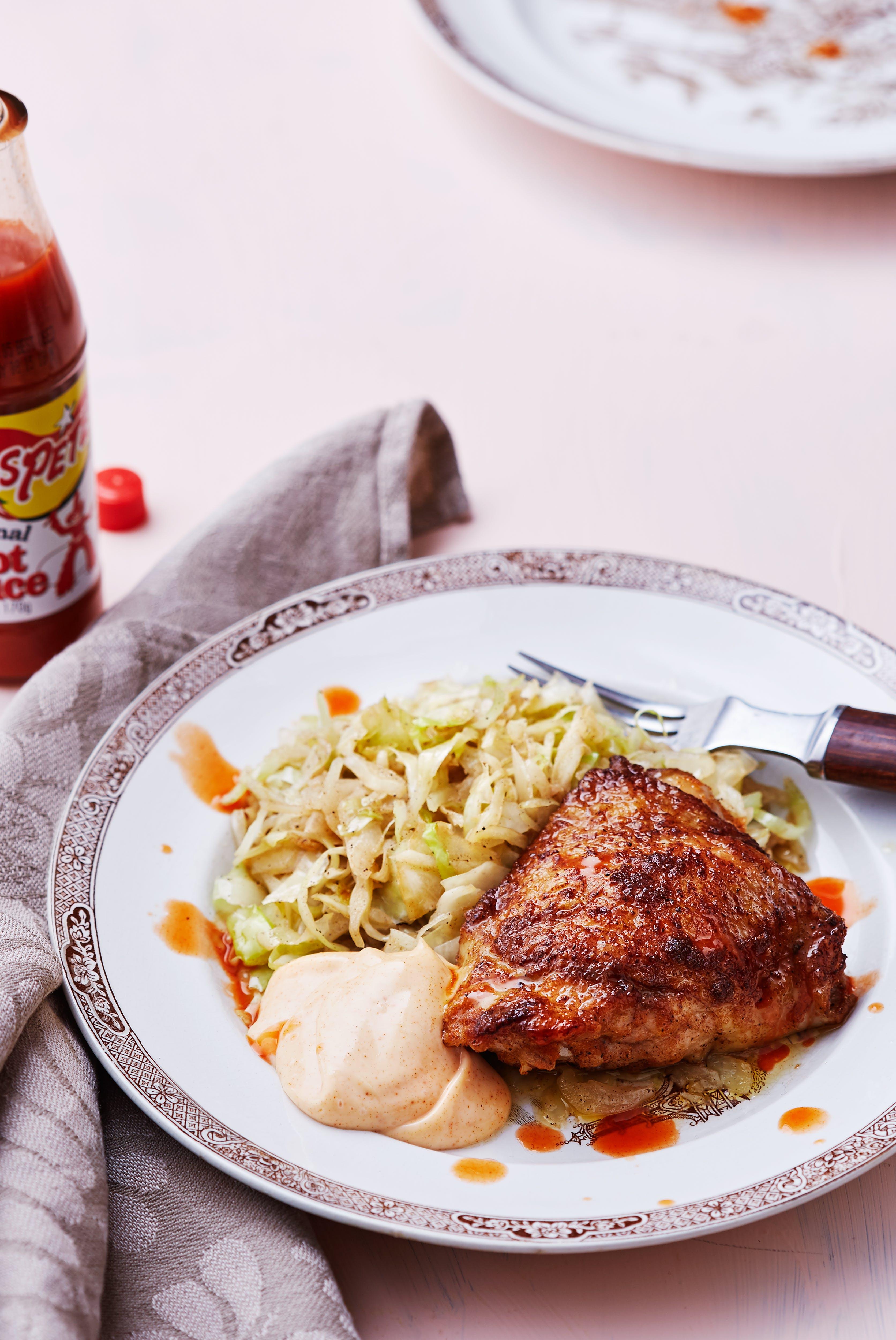 Pollo estilo Buffalo con mayonesa de paprika y repollo frito en mantequilla
