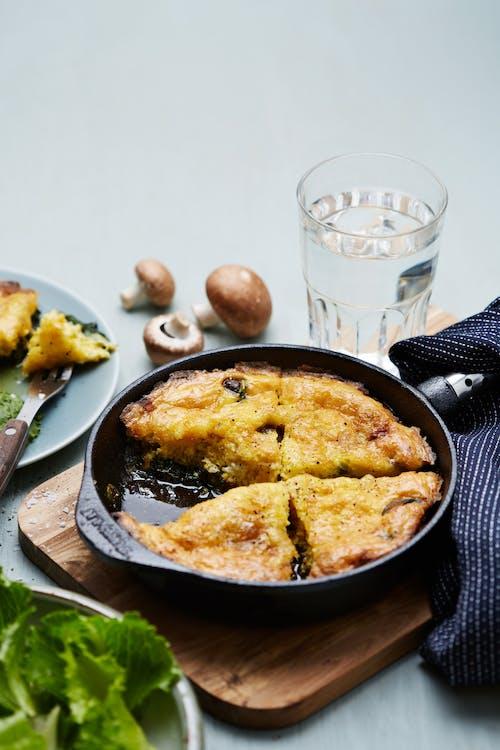 Tortilla cetogénica de queso de cabra y champiñones