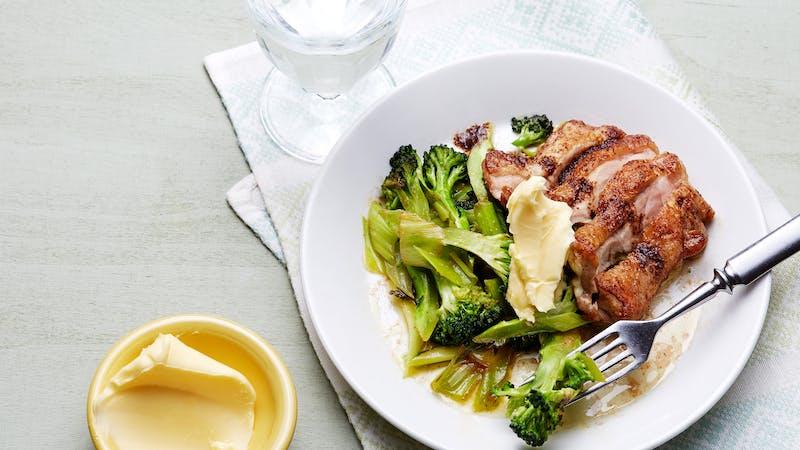 Pollo frito keto con mantequilla y brócoli