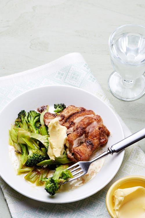 Pollo frito con mantequilla y brócoli