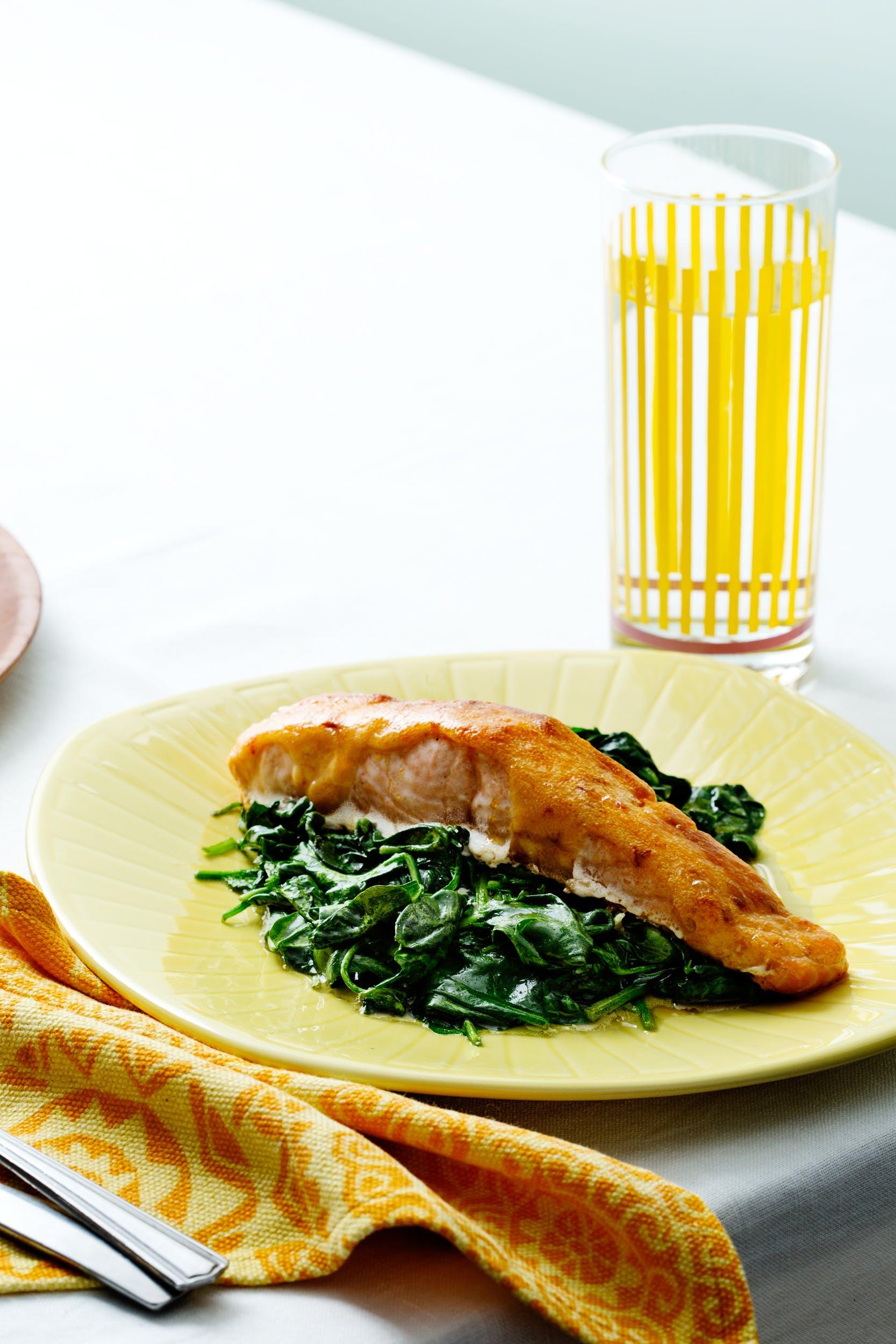 Salmón con salsa de ají y espinacas
