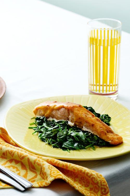 Salmón keto con salsa de ají y espinacas
