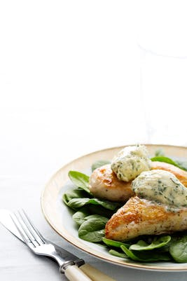Pollo keto con mantequilla de hierbas (Cena)