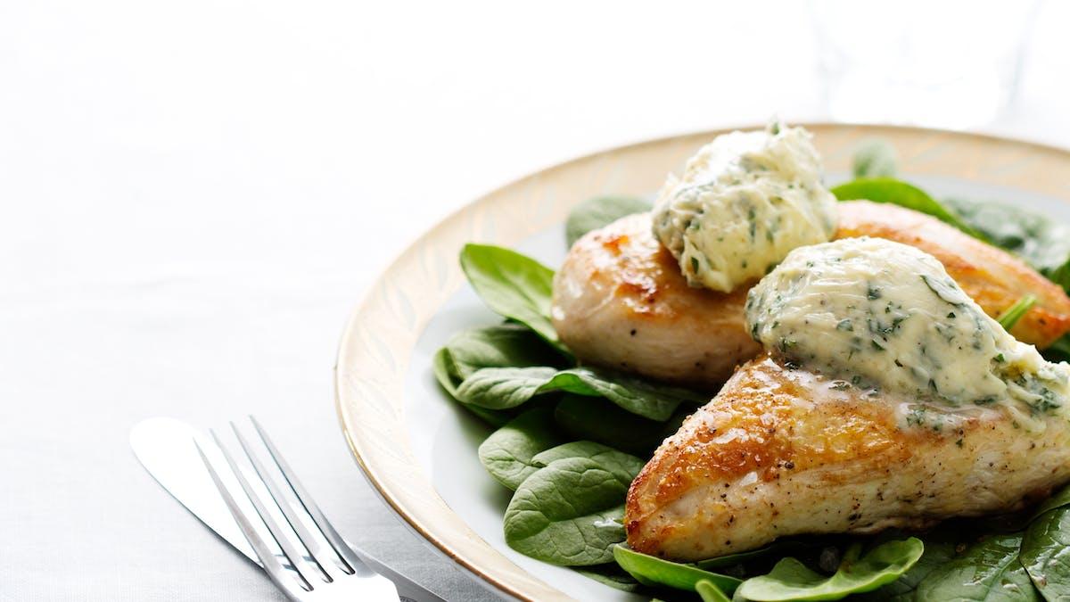 Pollo keto con mantequilla de hierbas