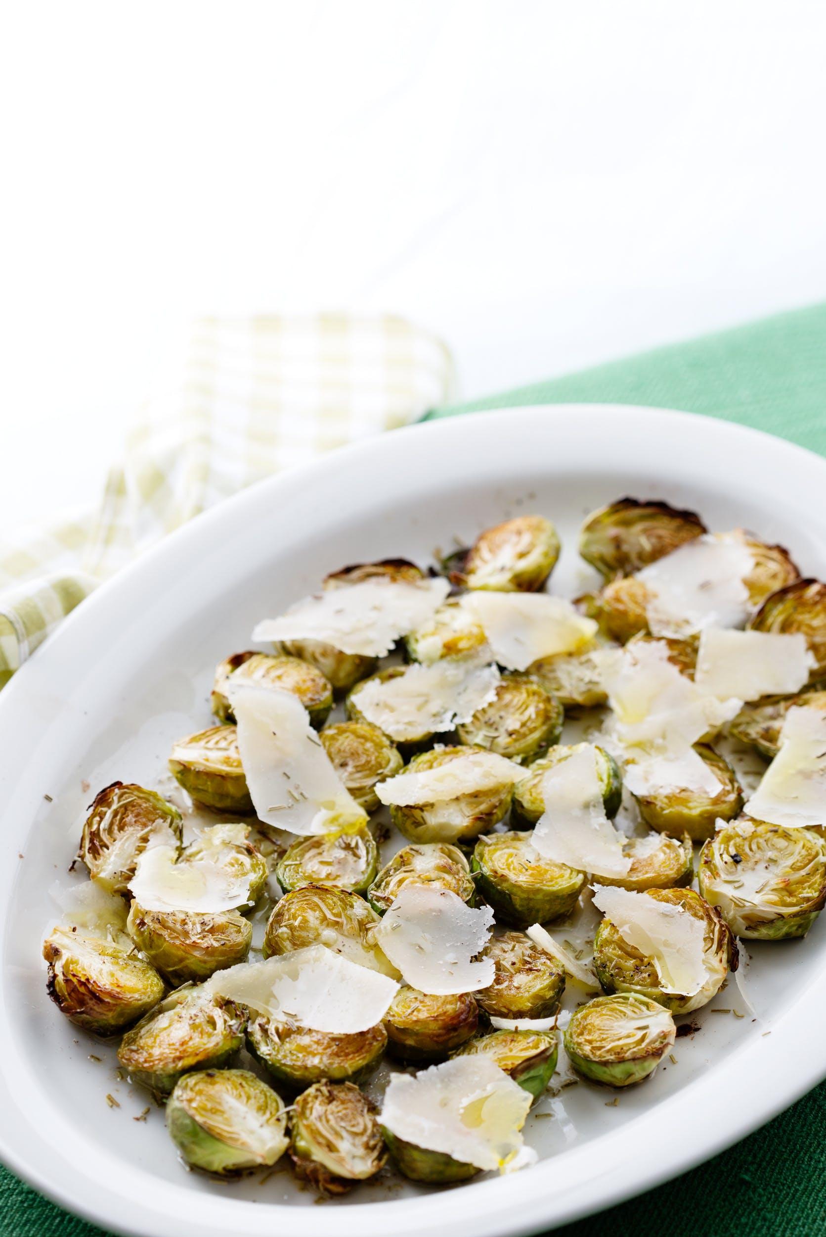Coles de Bruselas al horno con queso parmesano