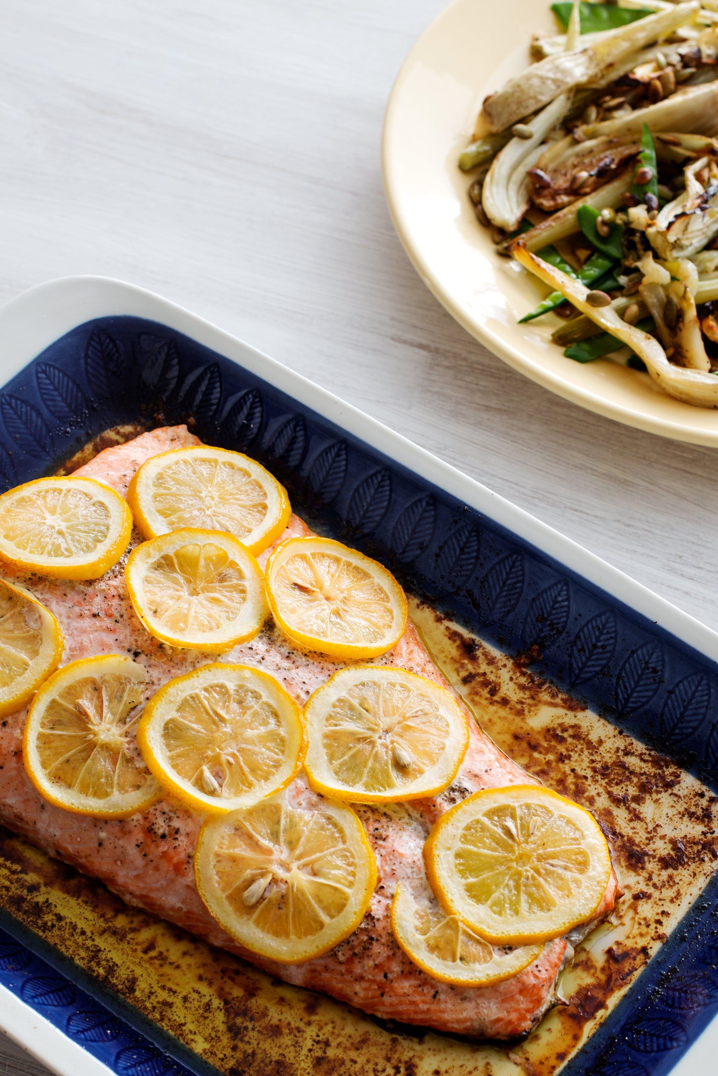 Salmón keto al horno con limón y mantequilla