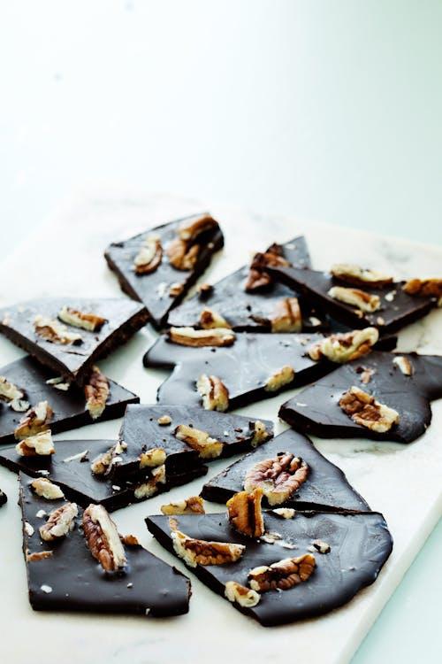 Finas hojas de chocolate low carb con nuez pecana