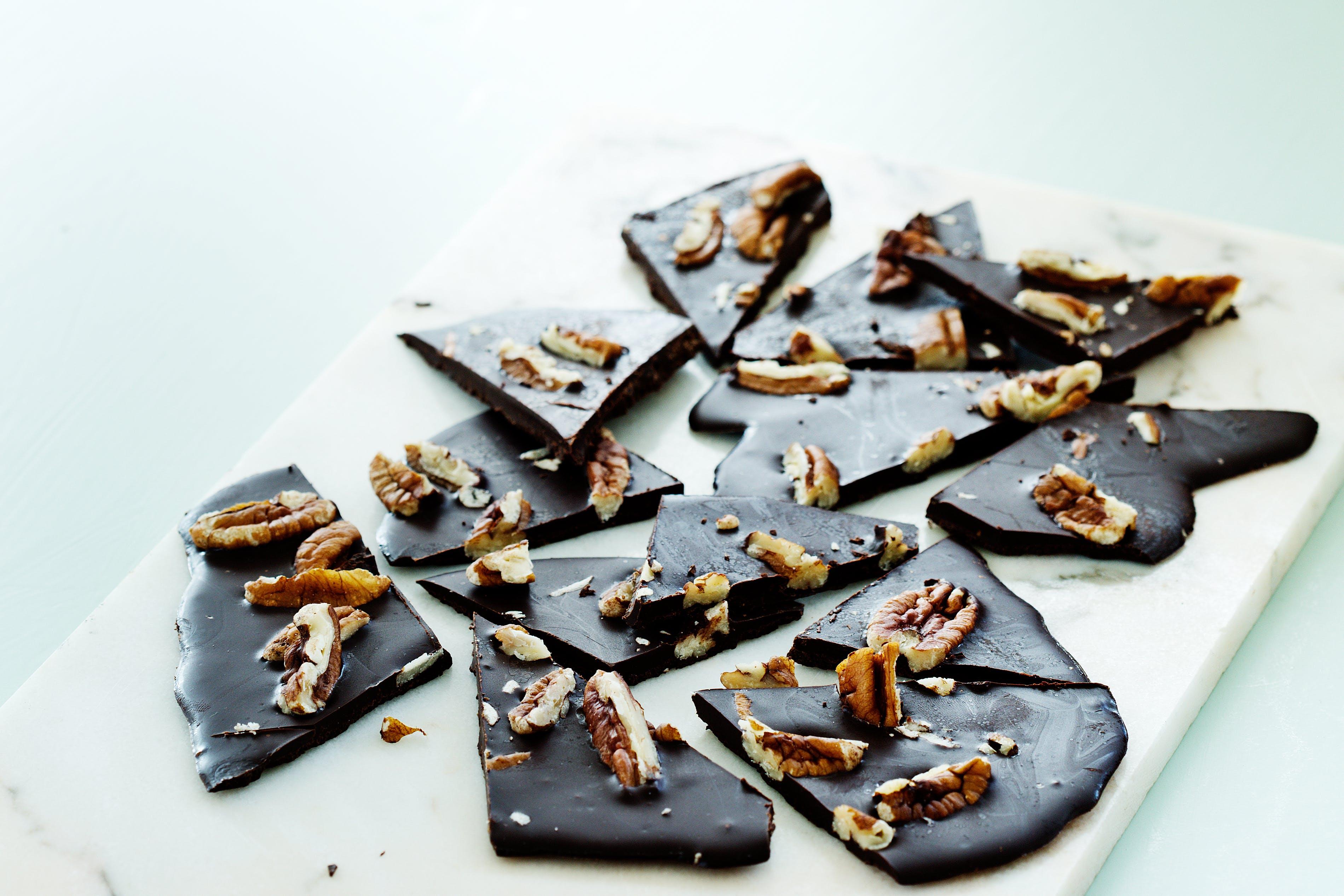 Finas hojas de chocolate con nuez pecana