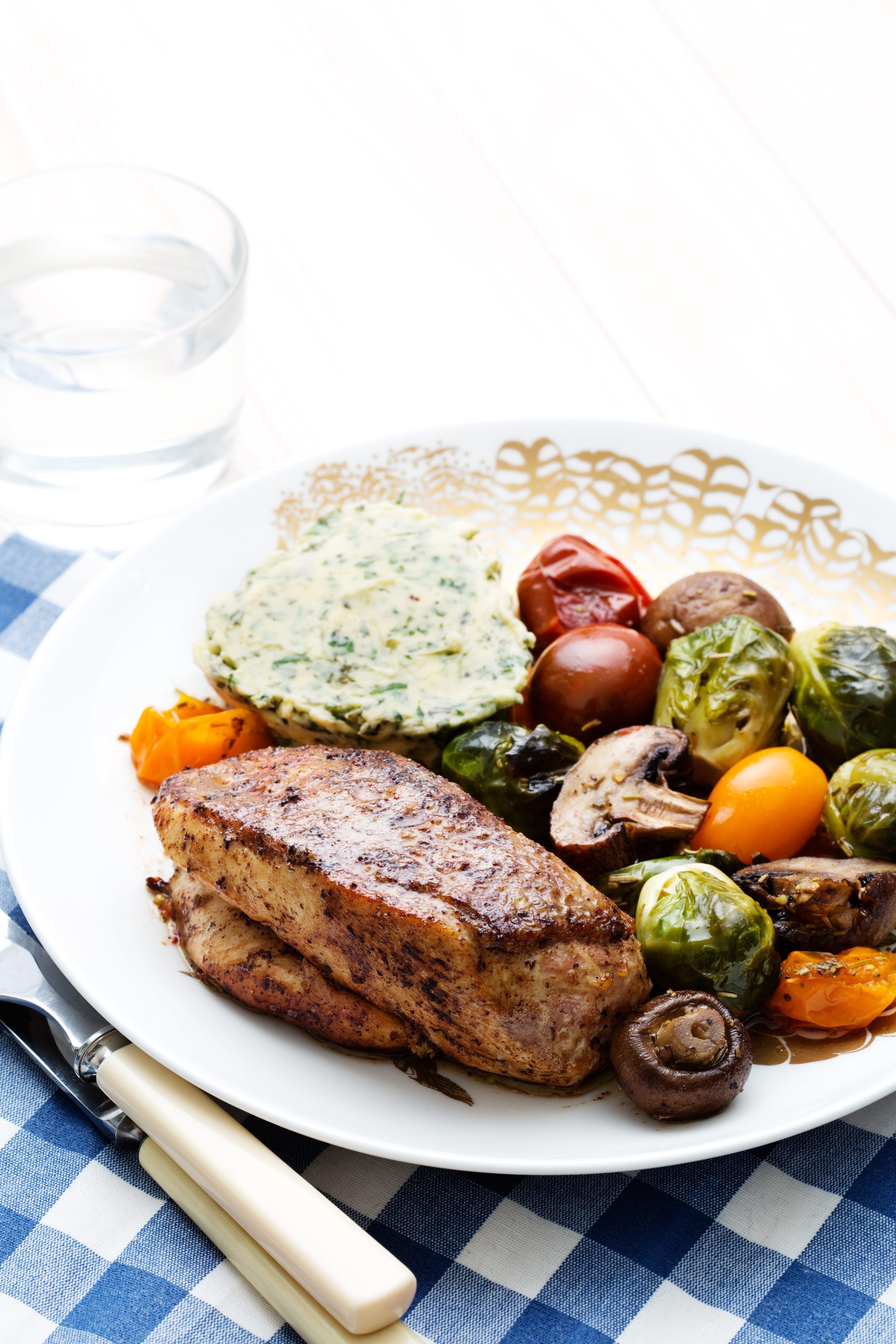 Pollo con verduras asadas de tres colores