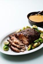 Cerdo asado a fuego lento con salsa cremosa de carne