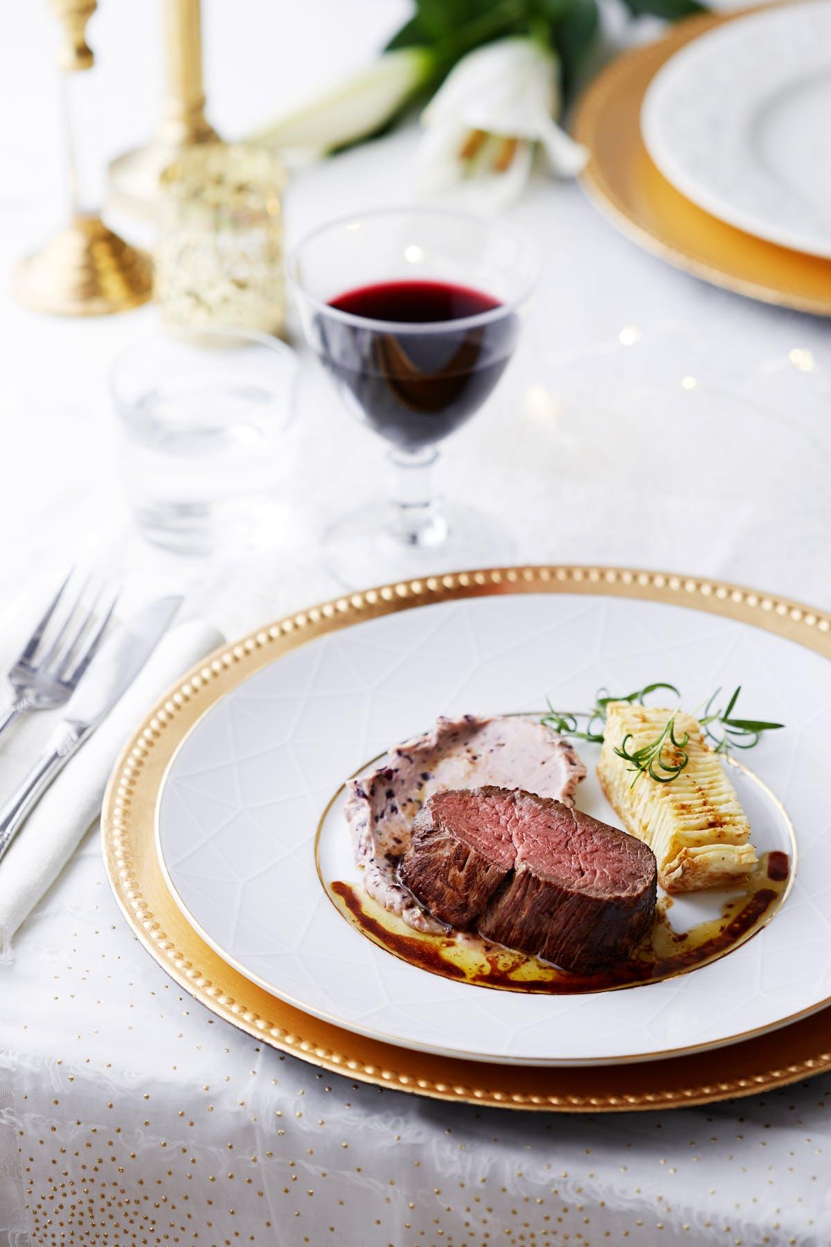 Chateaubriand con raíz de apio a la hasselback y mantequilla de vino tinto