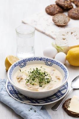 Sopa griega keto de huevo y limón con pollo