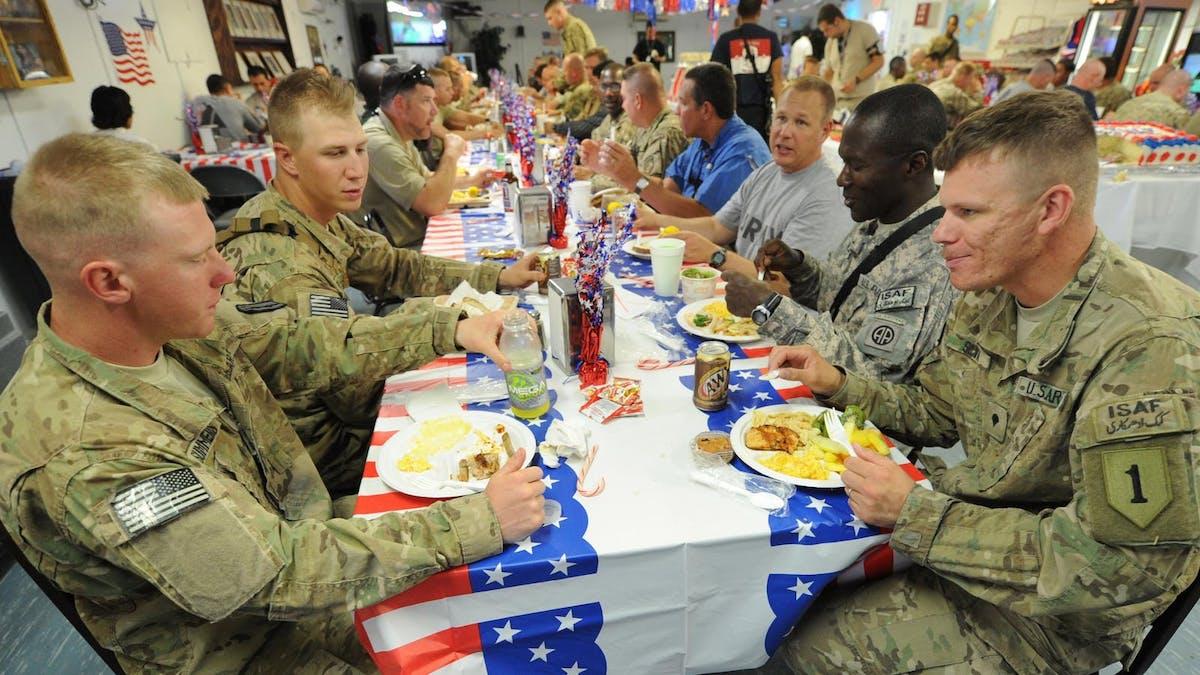 Artículo de opinión: Los militares deberían liderar la lucha de los EE. UU. contra la obesidad comiendo bajo en carbohidratos
