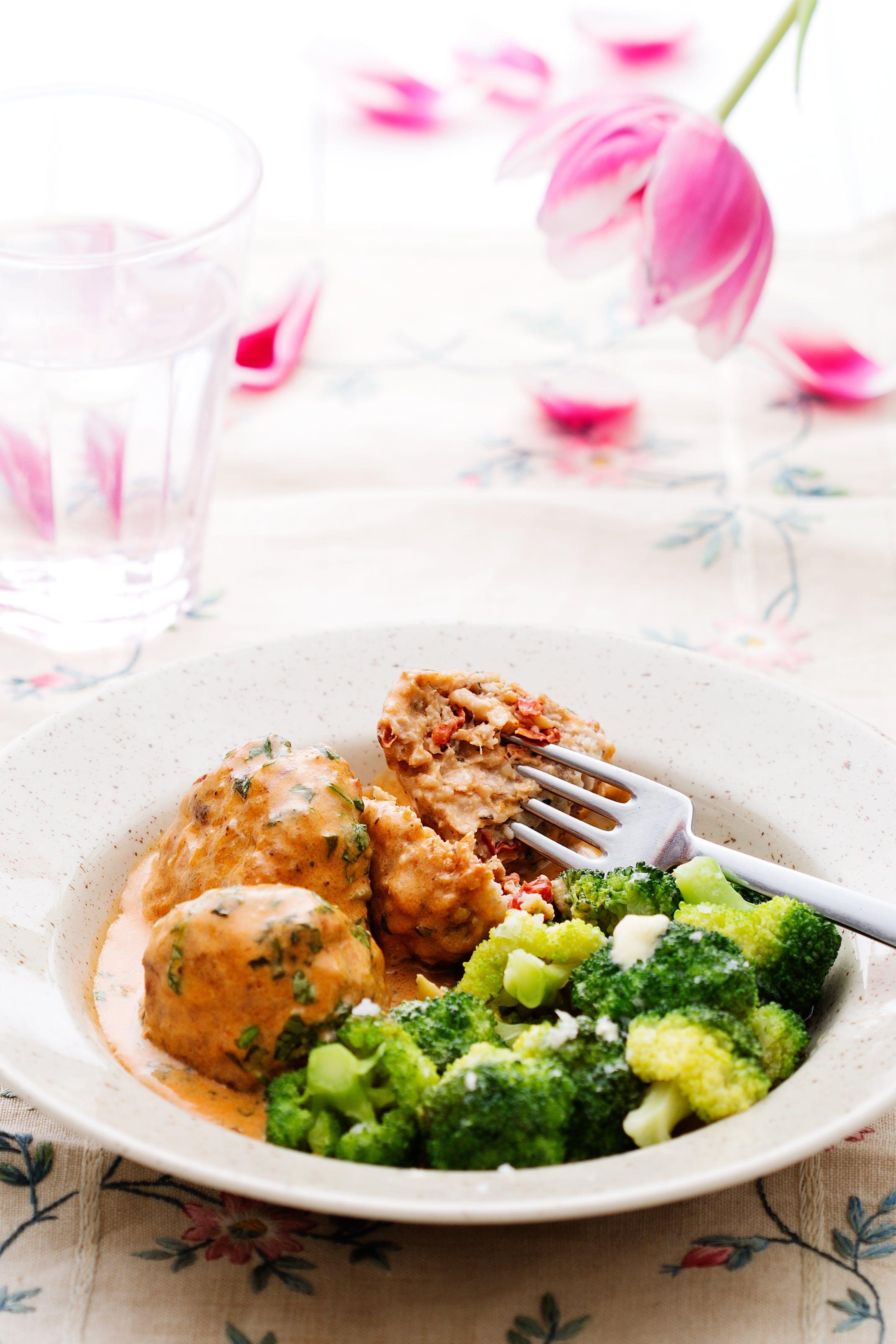 Albóndigas italianas de pollo con salsa de crema y brócoli