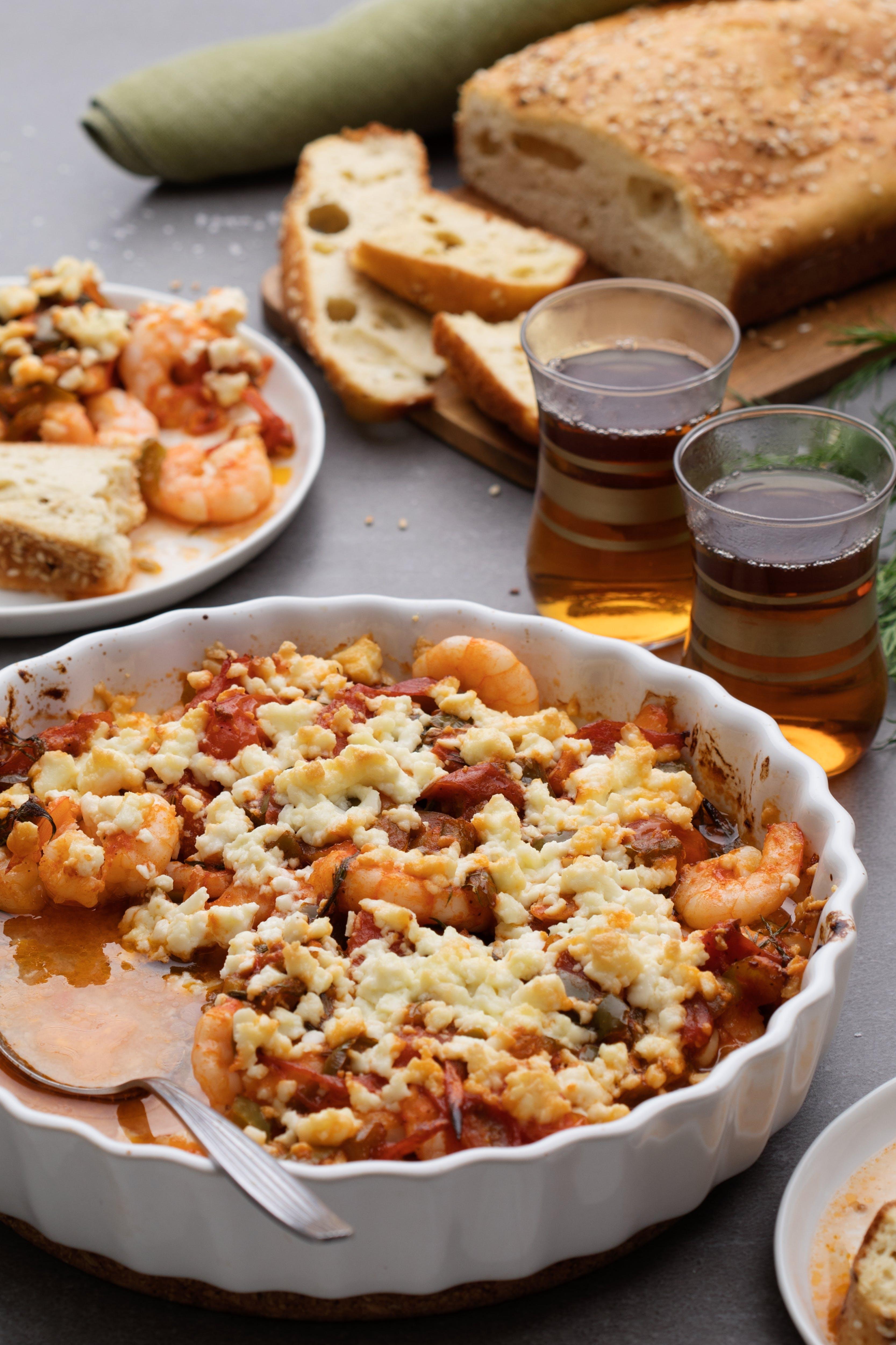 Camarones al horno con pan de sésamo al estilo turco
