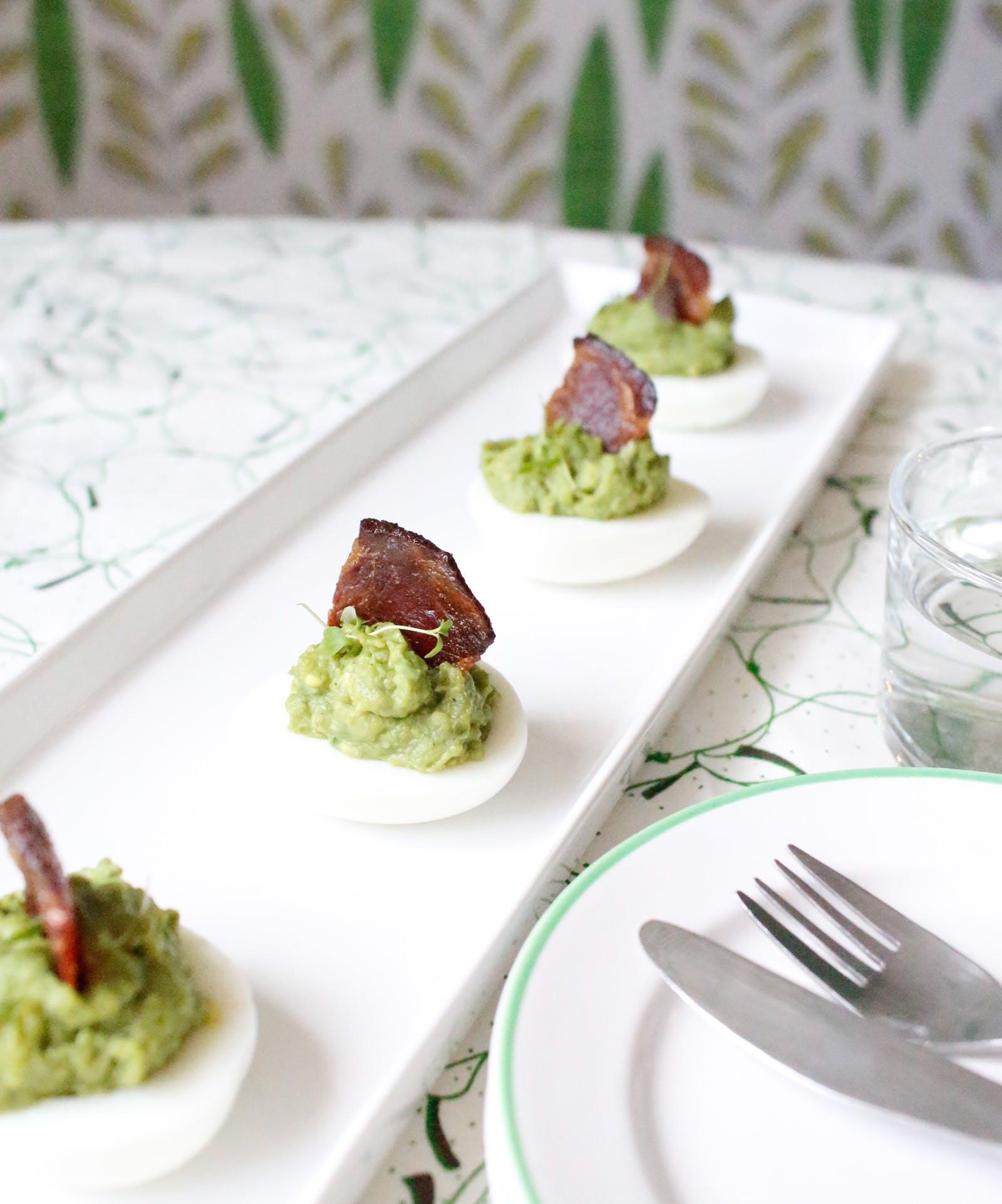 Huevos keto con aguacate y velas de tocino