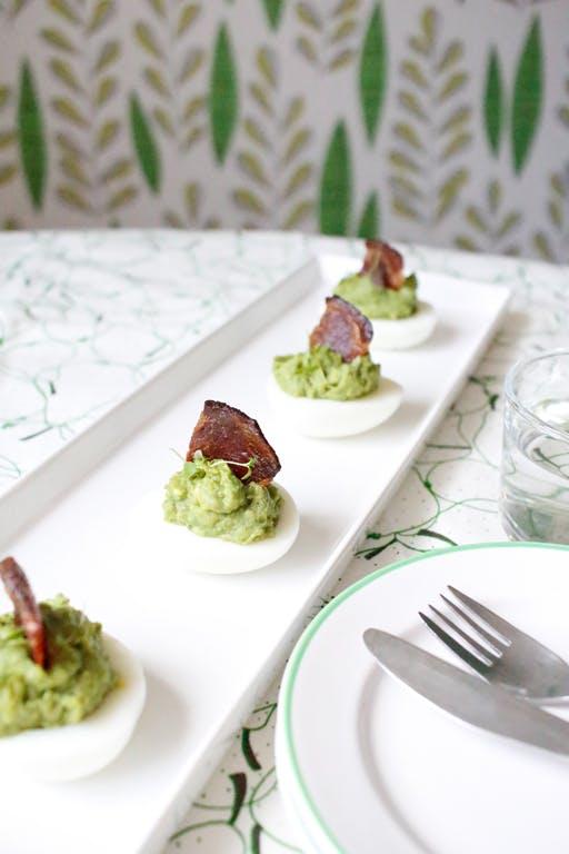 Huevos keto con aguacate y velas de bacon