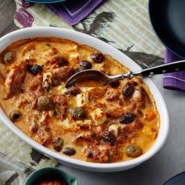 Pollo con pesto al horno con queso feta y aceitunas