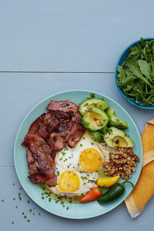 Sencillo plato keto de tocino y huevos