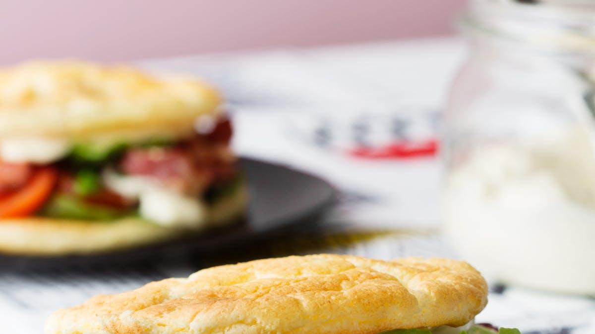 Sándwich keto de tocino con pan nube