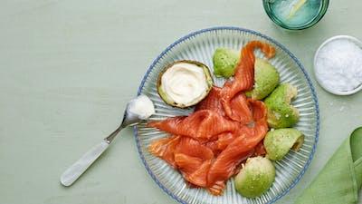 Plato keto de salmón ahumado y aguacate