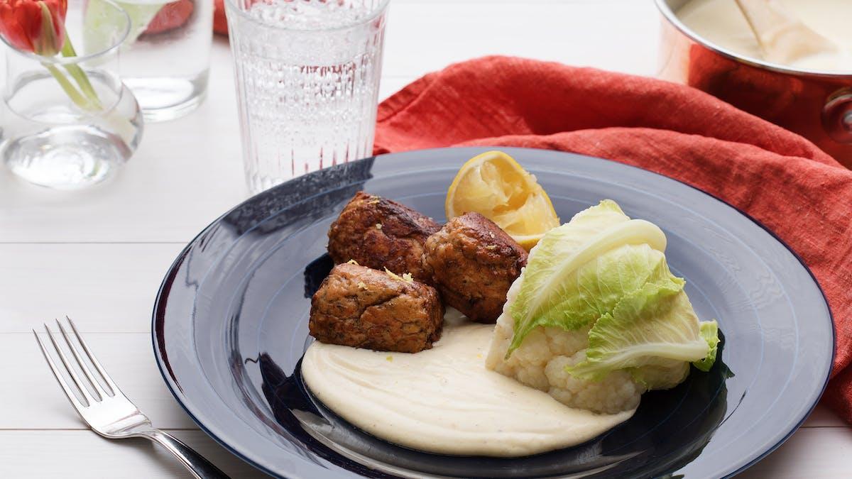 Albóndigas de salmón keto con bechamel de limón
