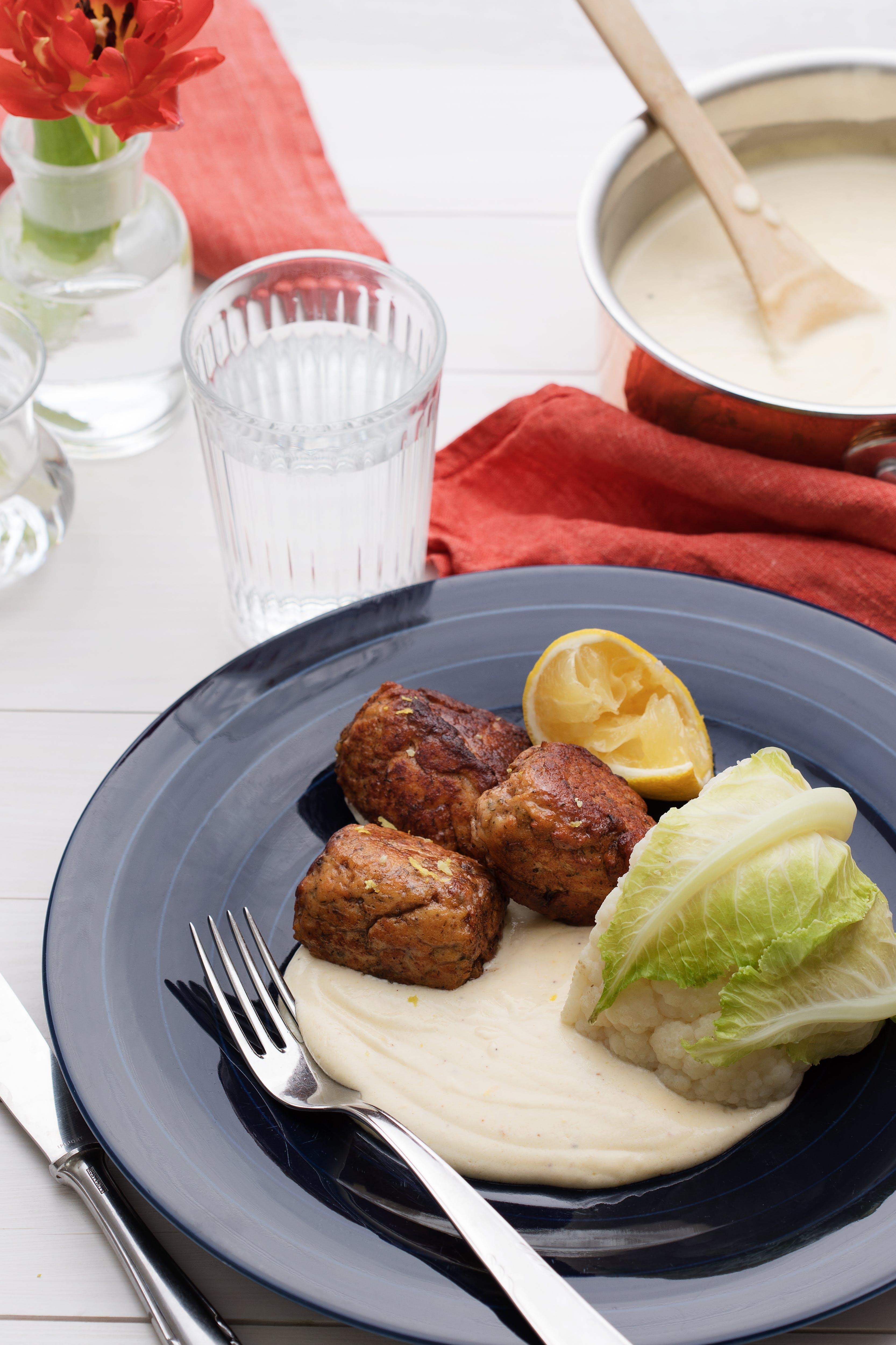 Albóndigas de salmón con bechamel de limón