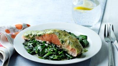 Salmon keto con espinacas y pesto