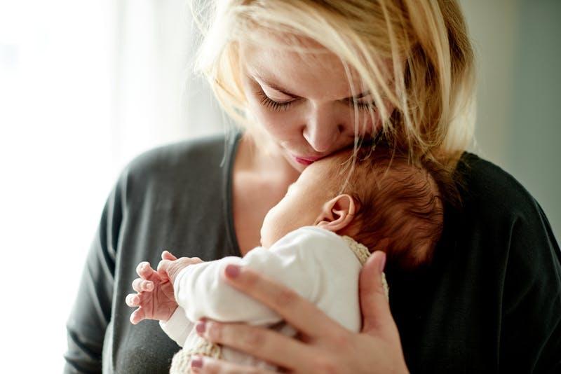 Madre besando a su hijo