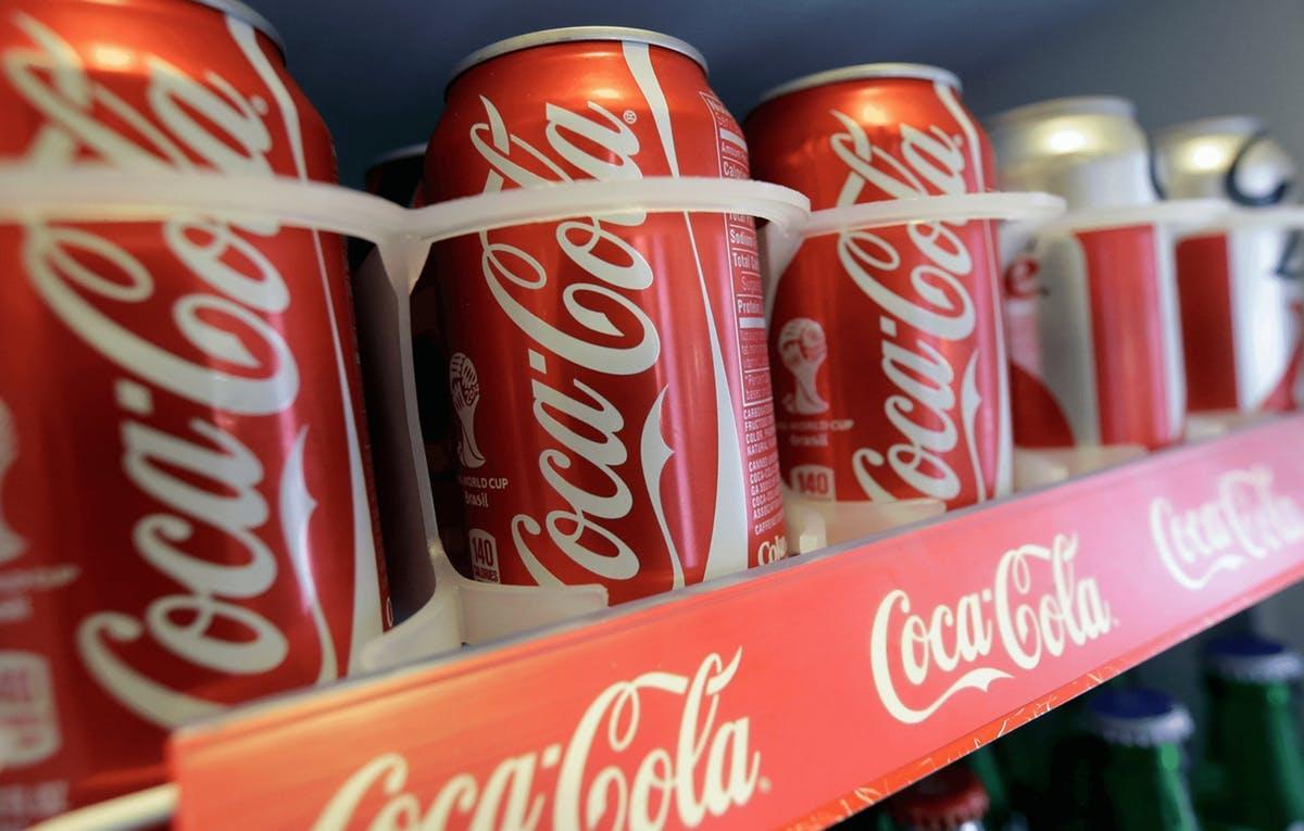 Cocacolas en estanteria