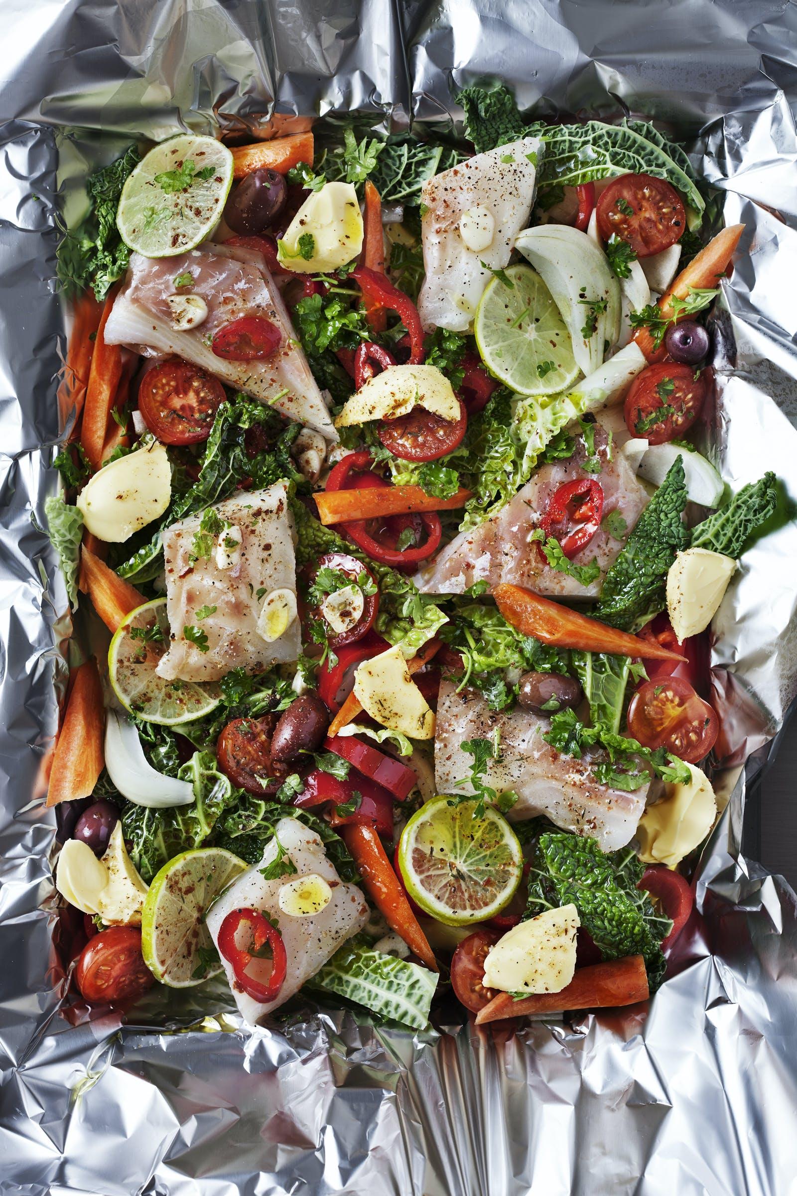 Pescado con verduras horneados en papel de aluminio