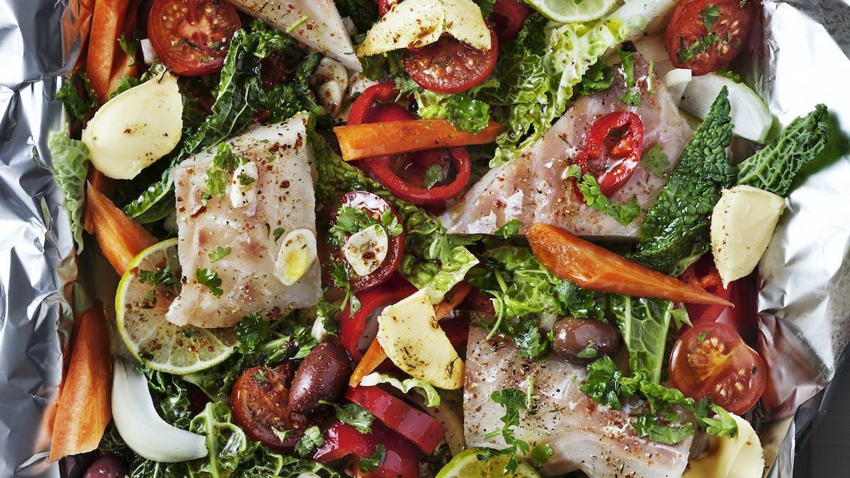 Pescado low carb con verduras horneadas