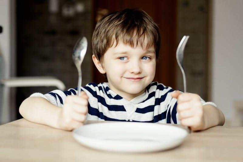 Niño esperando comer