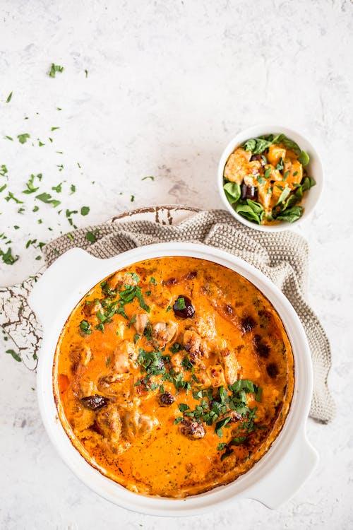 Pollo al horno con pesto, queso feta y aceitunas